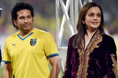 नवी मुंबई में खेले गए इंडियन सुपर लीग के फाइनल मुकाबले के दौरान नीता अंबानी के साथ क्रिकेटर और केरला ब्लास्टर्स के मालिक सचिन तेंदुलकर। (फ़ोटो-पीटीआई)