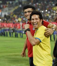 नवी मुंबई में खेले गए इंडियन सुपर लीग के फाइनल मुकाबले के दौरान एलेटिको डी कोलकाता के मालिक सौरव गांगुली और केरला ब्लास्टर्स फुटबॉल क्लब के मालिक सचिन तेंदुलकर साथ में। (फ़ोटो-पीटीआई)