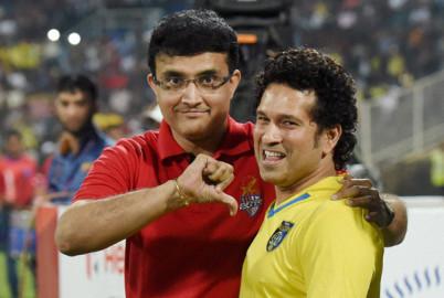 नवी मुंबई में खेले गए इंडियन सुपर लीग के फाइनल मुकाबले के दौरान एलेटिको डी कोलकाता के मालिक सौरव गांगुली के साथ केरला ब्लास्टर्स फुटबॉल क्लब के मालिक सचिन तेंदुलकर। (फ़ोटो-पीटीआई)