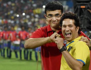 नवी मुंबई में खेले गए इंडियन सुपर लीग के फाइनल मुकाबले के दौरान एलेटिको डी कोलकाता के मालिक सौरव गांगुली और केरला ब्लास्टर्स फुटबॉल क्लब के मालिक सचिन तेंदुलकर साथ-साथ। (फ़ोटो-पीटीआई)