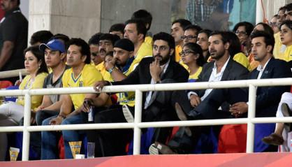 एलेटिको डी कोलकाता और केरला ब्लास्टर्स के बीच खेले गए आइएसएल के फाइनल मुकाबले को देखने के लिए गांगुली और तेंदुलकर के अलावा स्पिनर हरभजन सिंह, टेनिस स्टार लिएंडर पेस, चेन्नइयिन एफसी के सह मालिक अभिनेता अभिषेक बच्चन और मुंबई टीम के सह मालिक अभिनेता रणबीर कपूर मौजूद थे। (फ़ोटो-पीटीआई)