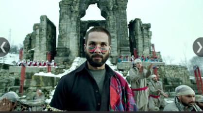 Haider: विशाल भारद्वाज की फिल्म हैदर भी काफी सराही गई। कश्मीर के संघर्ष पर आधारित इस फिल्म को फिल्म समीक्षकों की भी काफी तारीफ मिली। हैदर के किरदार में अभिनेता शाहिद कपूर ने भी अपनी अदाकारी से प्रशंसा बटोरी।