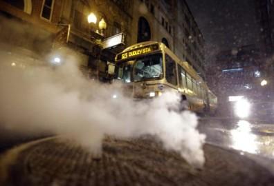 न्यूयॉर्क में सड़क यातायात पर पाबंदी लगा दी गई थी, जो मंगलवार सुबह हटा ली गई। (फोटो: एपी)
