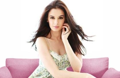 एवलिन ने कहा कि मैं विदेशी युवती की भूमिकाएं करके खुश हूं, लेकिन साथ ही मैं बतौर अभिनेत्री खुद को निखारना चाहती हूं। मैं कुछ अलग हटकर भूमिकाएं भी करना चाहती हूं। (फोटो: बॉलीवुड हंगामा)