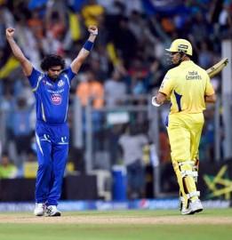 सलामी बल्लेबाज माइकल हसी (16) और डु प्लेसिस ने पारी को आगे बढ़ाया। हसी ने मिशेल मैकलेनगन पर चौका जड़ा जबकि डु प्लेसिस ने इस तेज गेंदबाज की लगातार गेंदों पर छक्का और चौका मारा। हसी ने आर विनय कुमार पर मिड विकेट बांउड्री पर छक्का जड़ा लेकिन डु प्लेसिस इसी ओवर में भाग्यशाली रहे जब थर्ड मैन पर मालिंगा ने उनका आसान कैच टपका दिया। (फोटो: भाषा)