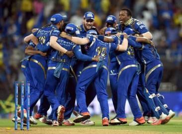 डु प्लेसिस ने मैकलेनगन के अगले ओवर में तीन चौके मारे लेकिन विनय कुमार ने हसी को विकेटकीपर पार्थिव पटेल के हाथों कैच कराके चेन्नई का स्कोर दो विकेट पर 46 रन किया। सुरेश रैना (20 गेंद में 25 रन) ने विनय कुमार पर छक्के के साथ छठे ओवर में टीम का स्कोर 50 रन के पार पहुंचाया। रैना ने हरभजन पर भी छक्का जड़ा लेकिन इसी आफ स्पिनर के अगले ओवर में गेंदबाज को वापस कैच देकर पवेलियन लौट गए। हरभजन ने अगली ही गेंद पर कप्तान महेंद्र सिंह धोनी (00) को भी पगबाधा आउट किया। ड्वेन ब्रावो इसी ओवर में भाग्यशाली रहे जब हरभजन ने अपनी ही गेंद पर उनका कैच छोड़ दिया। (फोटो: भाषा)