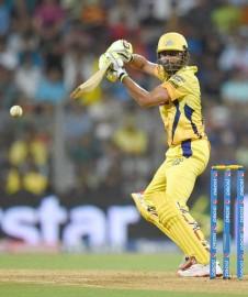 ब्रावो ने 14वें ओवर में बाएं हाथ के स्पिनर जगदीश सुचित की लगातार गेंदों पर छक्के और चौके के साथ टीम के रनों का सैकड़ा पूरा किया। सुचित ने हालांकि इसी ओवर में डु प्लेसिस को लांग आन पर विनय कुमार के हाथों कैच कराके चेन्नई को पांचवां झटका दिया। ब्रावो इसके बाद दो रन लेने की कोशिश में रन आउट हुए। उन्होंने 15 गेंद में 20 रन बनाए। (फोटो: भाषा)