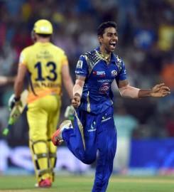 टास जीतकर बल्लेबाजी करने उतरे मुंबई इंडियंस को सिमंस और पार्थिव ने उम्दा शुरुआत दिलाई। दोनों ने पावर प्ले में 48 रन जोड़े। चेन्नई के कप्तान महेंद्र सिंह धोनी ने आफ स्पिनर रविचंद्रन अश्विन से गेंदबाजी की शुरूआत कराई और उन्होंने पहले दो ओवर में सिर्फ नौ रन खर्च किए। सिमंस ने इस बीच आशीष नेहरा (28 रन पर एक विकेट) पर दो चौके मारने के बाद अश्विन के तीसरे ओवर में दो छक्के मारे। दाएं हाथ के इस बल्लेबाज ने नेहरा पर सीधा छक्का जड़ने के बाद पवन नेगी पर एक रन के साथ सातवें ओवर में टीम के 50 रन पूरे किए। (फोटो: भाषा)