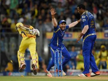 पार्थिव ने नेगी के अगले ओवर में मोर्चा संभालते हुए पहली तीन गेंद पर छक्का और दो चौके मारे। सिमंस ने मोहित शर्मा (33 रन पर एक विकेट) पर दो रन के साथ 38 गेंद में आइपीएल आठ का अपना पांचवां अर्धशतक पूरा किया। ब्रावो ने अपने पहले ही ओवर में पार्थिव को जडेजा के हाथों कैच कराया। पार्थिव ने 25 गेंद की अपनी पारी में चार चौके और एक छक्का मारा। नेगी ने इसके बाद जडेजा की गेंद पर सिमंस का शानदार कैच लपककर चेन्नई को कुछ राहत दिलाई। (फोटो: भाषा)