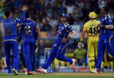 कप्तान रोहित शर्मा (19) ने जडेजा पर छक्का जड़ा लेकिन ब्रावो की गेंद पर बाउंड्री पर जडेजा को कैच दे बैठे। पोलार्ड ने नेगी पर दो छक्के मारे। नेगी काफी महंगे साबित हुए और उन्होंने चार ओवर में 46 रन लुटाए। नेहरा ने हार्दिक पांड्या (01) को जडेजा के हाथों कैच कराके मुंबई को चौथा झटका दिया। पोलार्ड ने इसके बाद मोहित पर एक और ब्रावो पर दो छक्के मारे लेकिन वेस्ट इंडीज के अपने इस हमवतन तेज गेंदबाज की गेंद पर सुरैना रैना को आसान कैच दे बैठे। (फोटो: भाषा)