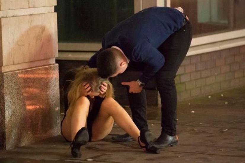 PHOTOS: क्रिसमस से पहले ब्रिटेन की सड़कों पर नशे में ऐसे मचा हुड़दंग