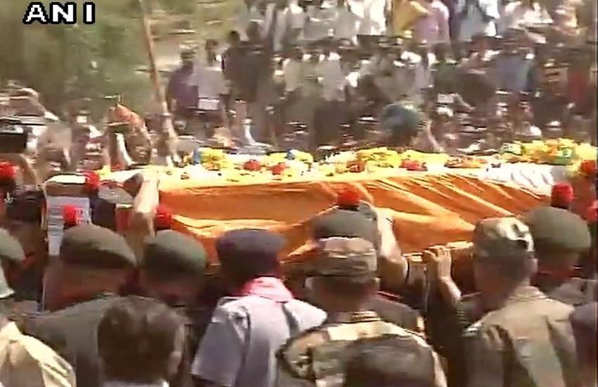 tribute to Hanamanthappa, Final journey of Hanumanthappa, Lance Naik Hanumanthappa Koppad, Hanumanthappa Koppad, Hanamanthappa, Funeral, Gen Dalbir Singh, Manohar Parrikar, PM Modi, Last rites, Dharwar news, Gun salutes, हनुमनथप्पा, हनमनथप्पा, अंतिम श्रद्धांजलि, लांस नायक हनुमनथप्पा, पीएम मोदी, siachen avalanche, Siachen soldier