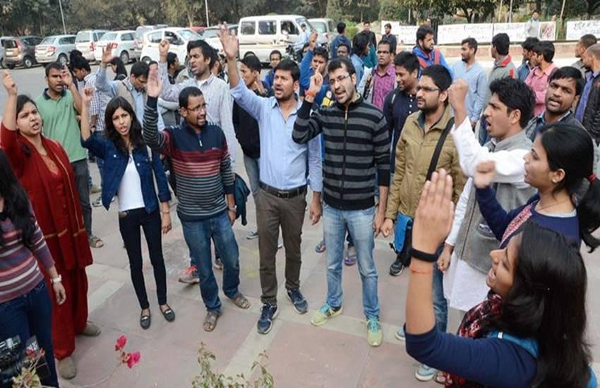 JNU, JNU president arrested, JNU campus, JNU afzal guru, JNU anti india slogans, JNU protests, JNU afzal guru, JNU afzal guru event, jnu protests, afzal guru jnu protests, jnu arrests, delhi news, india news, जेएनयू अफजल गुरु प्रदर्शन, अफजल गुरु बरसी, जवाहरलाल नेहरु यूनिवर्सिटी, राष्ट्रद्रोह का केस, जेएनयू छात्र संघ अध्यक्ष गिरफ्तार