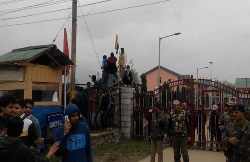 NIT srinagar, NIT srinagar protests, NIT protests, tricolour hoist in NIT srinagar, NIT clashes, Mehbooba Mufti, CRPF in NIT Srinagar, smriti irani, HRD ministry, jammu kashmir, kashmir police, anti national slogans, एनआईटी श्रीनगर, मानव संसाधन मंत्रालय, तिरंगा, कश्मीर, भारत विरोधी नारे