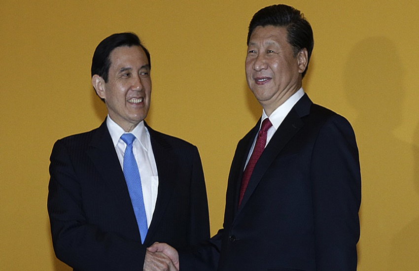 चीनी राष्ट्रपति शी जिनपिंग और ताइवान के राष्ट्रपति मा यिंग-जियू 7 नवंबर 2015 को शंघाई के एक होटल में हाथ मिलाते हुए। (Source: AP)