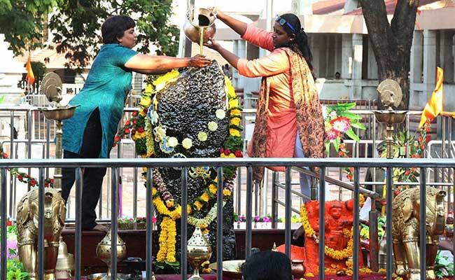 Shani Shingnapur,Gudi Padwa,Shani temple,Trupti Desai,Devendra Fadnavis,ban on women,inner sanctum