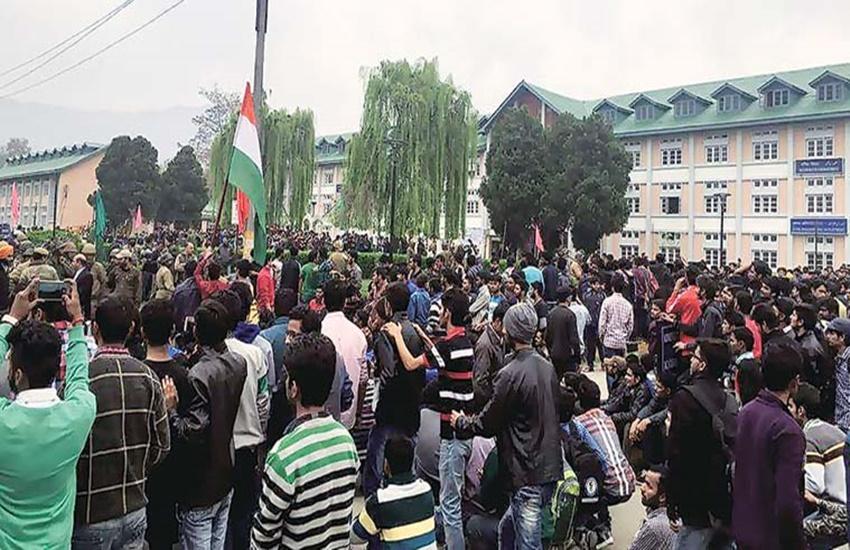 "NIT srinagar, NIT srinagar protests, NIT protests, tricolour hoist in NIT srinagar, NIT clashes, Mehbooba Mufti, CRPF in NIT Srinagar, smriti irani, HRD ministry, jammu kashmir, kashmir police, anti national slogans, एनआईटी श्रीनगर, मानव संसाधन मंत्रालय, तिरंगा, कश्मीर, भारत विरोधी नारे"""