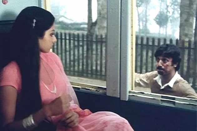 सदमा फिल्म का ये सीन जब कमल हासन श्रीदेवी को याद दिलाने कि कोशिश करते हैं कि वो कौन हैं, वाकई देखने वालों की आंखों में आंसू ला देते हैं।