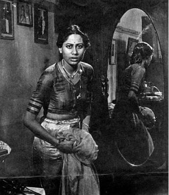 अपनी एक्टिंग से आज भी जिंदा स्मिता का जन्म 17 अक्टूबर 1956 को इस दुनिया में आई थीं।स्क्रीन पर सीरियस और सेंसिटिव दिखने वाली स्मिता असल जिंदगी में बहुत शरारती थीं।