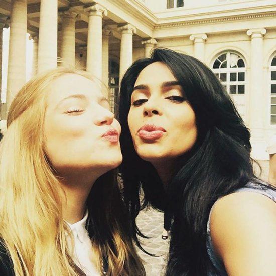 पेरिस में अपनी दोस्त के साथ सेल्फी पाउट वाली फोटो क्लिक करती हुईं। (Image Source: Instagram)
