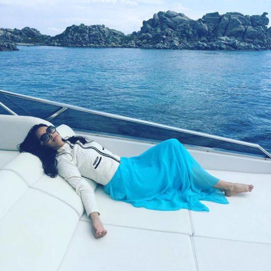 कोर्सिका जाते समय क्रूज पर सोते हुए। (Image Source: Instagram)