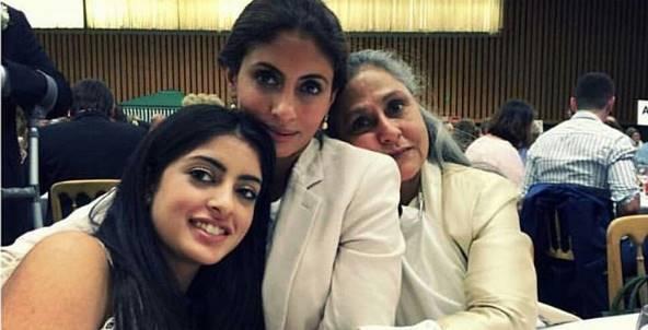 अपनी नानी जया बच्चन और मां श्वेता बच्चन नंदा के साथ नव्य नंदा।