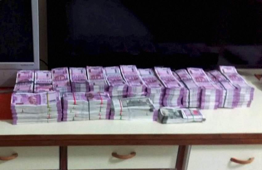 ईमानदारी से टैक्स देने वालों को मोदी सरकार का बड़ा तोहफा, 4 लाख तक की कमाई पर नहीं लगेगा कोई टैक्स!
