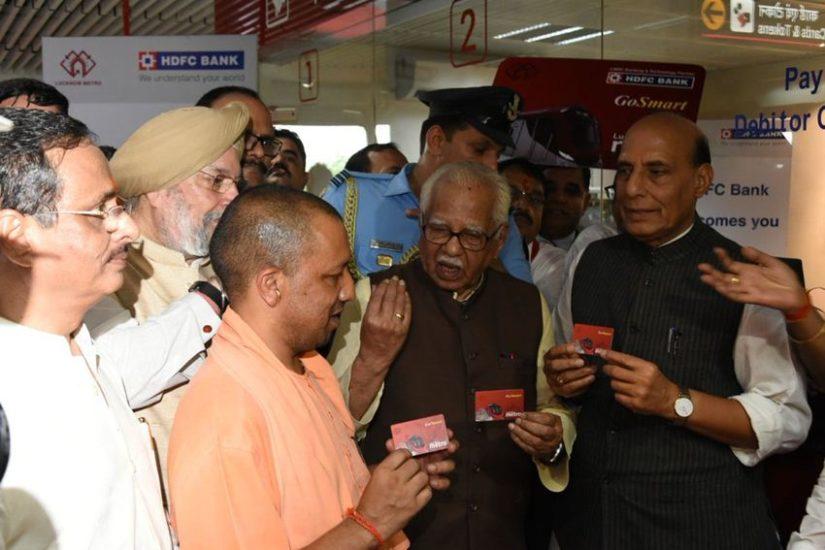 उत्तर प्रदेश के सीएम योगी आदित्यनाथ ने ट्रांसपोर्ट नगर मेट्रो स्टेशन पर श्री राजनाथ सिंह, मा. श्री राम नाईक व श्री हरदीप सिंह पुरी के साथ मेट्रो कार्ड लिया और अपनी यात्रा की।