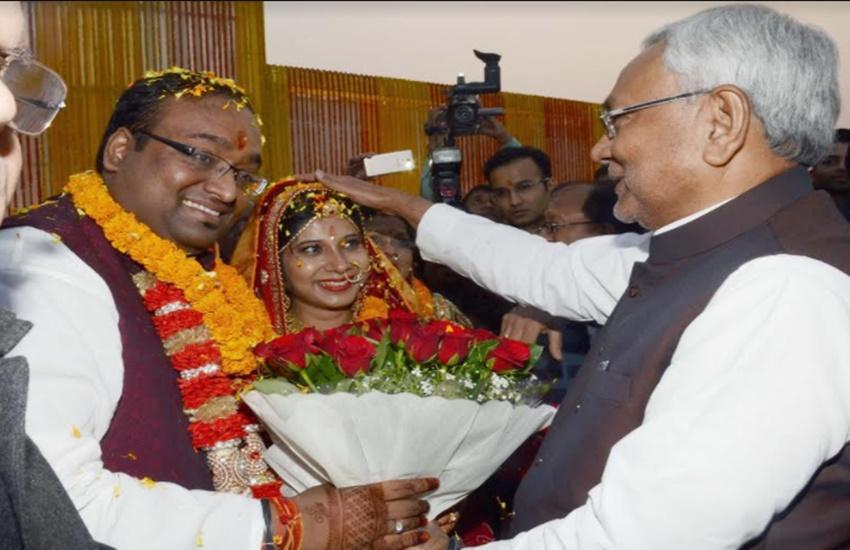 शादी में बिहार के मुख्यमंत्री नीतीश कुमार भी पहुंचे और उन्होंने वर-वधू को आशीर्वाद दिया। (Photo Source: Social Media)