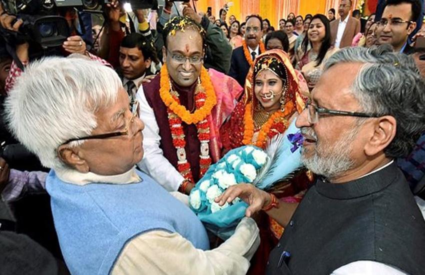 डिप्टी सीएम सुशील मोदी बेटे की शादी में लालू यादव से मिले। इस दौरान सुशील मोदी ने लालू यादव का हंसकर स्वागत किया। (Photo Source: PTI)