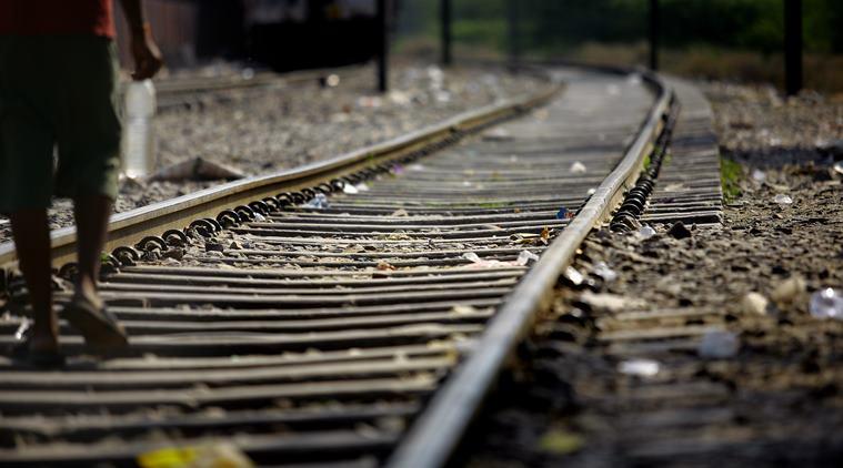 इंडोनेशिया के लोकल लोग ट्रेन की पटरियों पर लेट जाते हैं जब दूसरी वाली रेलवे लाइन से ट्रेन गुजर रही होती है। लोगों की मान्यता है कि ट्रेन और लोहे की पटरी के घर्षण से उत्पन्न होने वाली उर्जा से उन्हें कई प्रकार की बिमारियों को ठीक करने में मदद मिलती है।