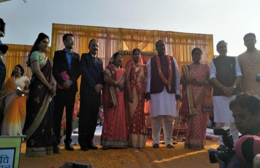 बिहार के डिप्टी सीएम सुशील कुमार मोदी के बेटे उत्कर्ष 3 दिसंबर को यामिनी के साध परिणय सूत्र में बंध गए। इस शादी में सुशील कुमार मोदी ने कई बड़े नेताओं को आमंत्रित किया था। (Photo Source: Social Media)