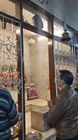आगे की स्लाइड्स में देखिए मंदिर में दर्शन करते रॉबर्ट वाड्रा की कुछ और तस्वीरें...