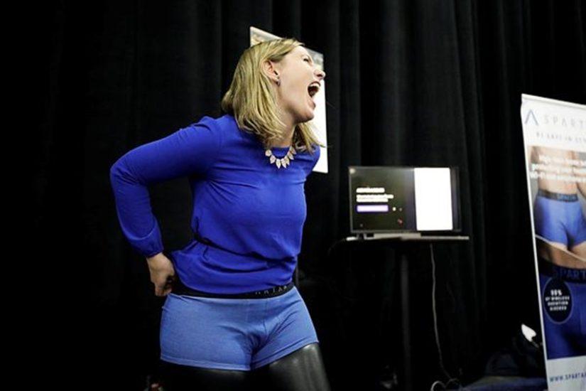 मैरियाना मार्कालेटी नाम की महिला जिस बॉक्सर को पहनते हुए हंस रही हैं, दरअसल वह एक वायरलेस डिवाइसेज से होने वाले खतरनाक रेडिएशन से बचाता है। (फोटो सोर्स - एपी)
