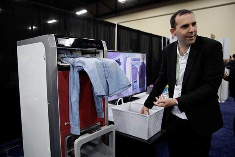 यह मशीन घर की महिलाओं का काम आधा कर देगी। यह धोए गए कपड़ों को तह करके रख देती है। (फोटो सोर्स - एपी)