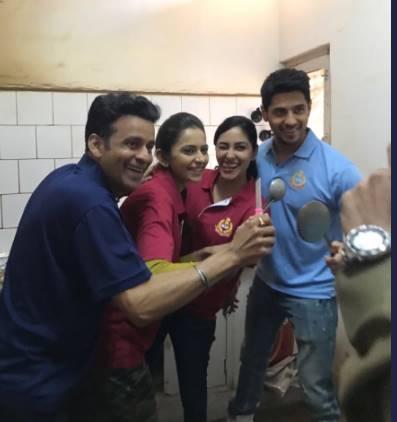 खाने बनाने के बाद पिक्चर के लिए पोज देते मनोज और सिद्धार्थ साथ में हैं  पूजा और राकुल।