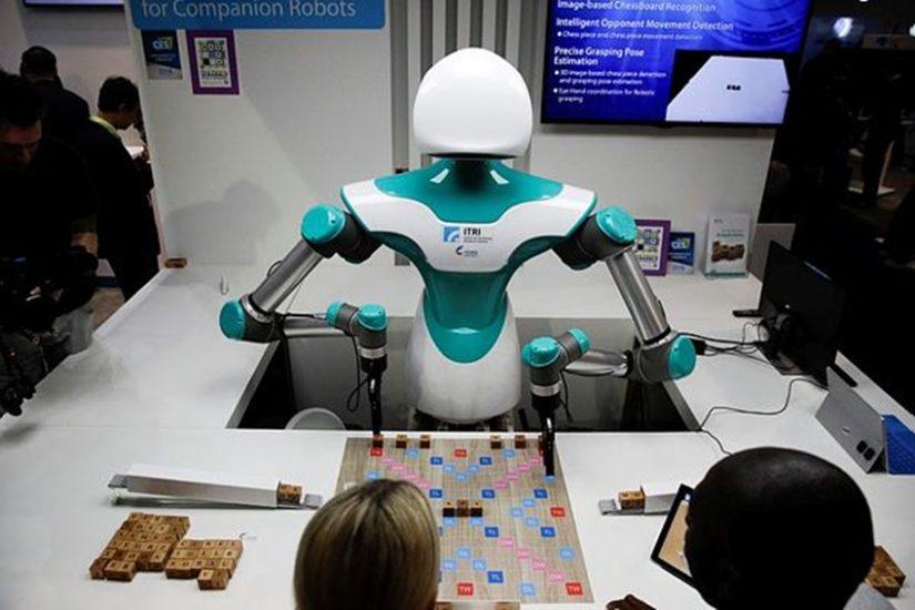 वीडियो गेम खेलते वक्त एक और पार्टनर चाहिए तो यह काम रोबोट कर देता है। (फोटो सोर्स - एपी)