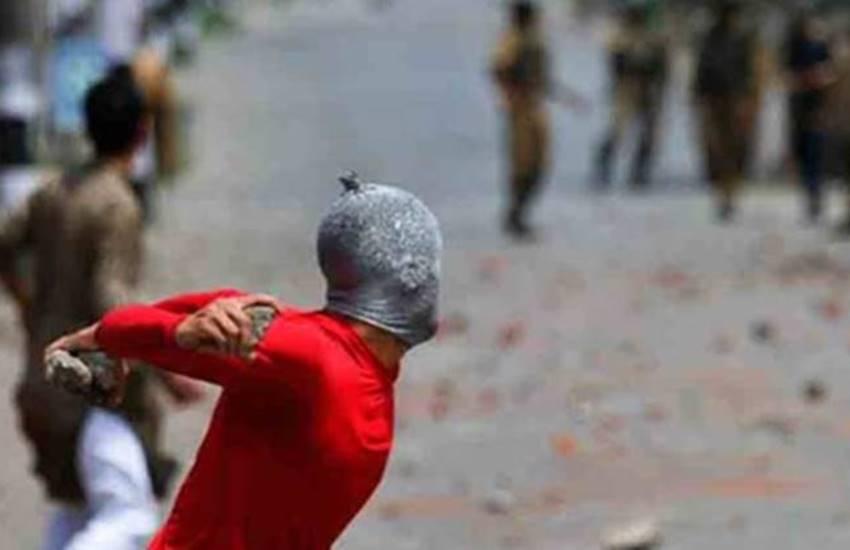 militant, militant in kashmir, kashmir news in hindi, kashmir valley news in hindi, militant returned home, militant news in hindi, militant returned home after mothers appeal, mehbooba mufti, jammu and kashmir chief minister, jansatta