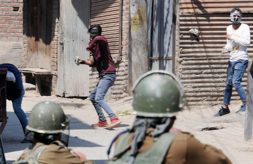 Indian Army, Kashmir, Security forces, Stone Pelting