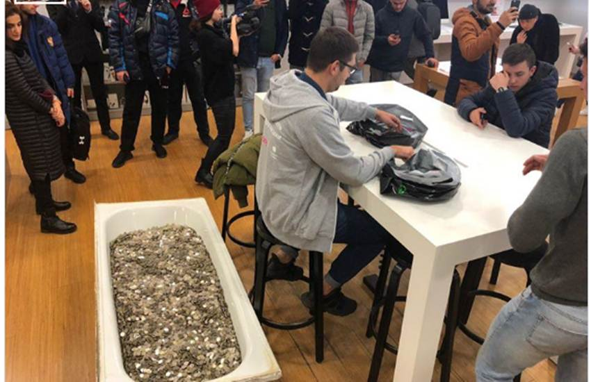 russia, iphone xs, man buys iphone with coin, russsian man iphone with coins, bizarre news, weird news, odd news