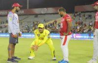 IPL 2019: मैच के बाद युवा क्रिकेटरों को विकेटकीपिंग टिप्स देते नजर आए धोनी, वायरल हुई यहफोटो