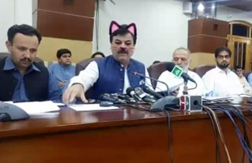 Pakistani Minister, Pakistani Politician, Cabinet Minister, Shaukat Yousafzai, PTI, Press Conference, Cat Filter, On, Mistake, LIVE PC, FB, Social Media, Viral, Troll, Joke, International News, Trending News, Hindi News