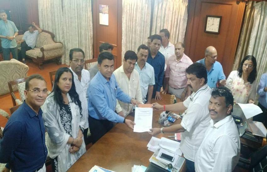 कर्नाटक के बाद गोवा में भी कांग्रेस पर संकट, 15 में से 10 विधायकों ने पार्टी तोड़ी, बीजेपी मेंविलय