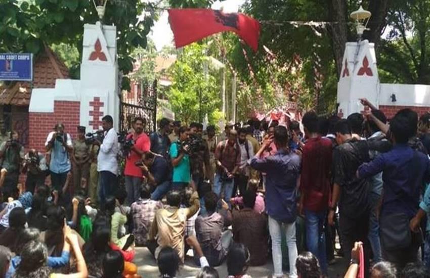 Thiruvananthpuram, Student stabbed, kerala, university college, SFI members, Akhil, SFI workers, Ramesh Chennithala, SFI state secretary, india news, Hindi news, news in Hindi, latest news, today news in Hindi