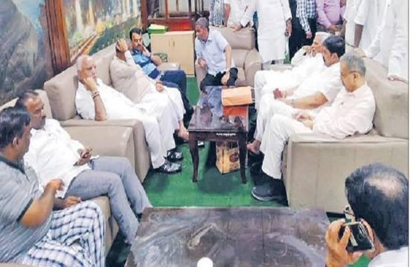Karnatka, Governor Vajubhai Vala, floor test, Chief Minister H D Kumaraswamy, BJP leader, bjp leader seen in pyjamas, Vidhan Soudha, india news, Hindi news, news in Hindi, latest news, today news in Hindi