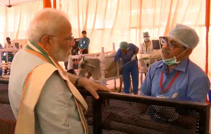 प्रधानमंत्री नरेंद्र मोदी पशु चिकित्सक से बात करते हुए (फोटो- @bjp4up)